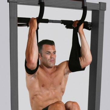 Træn mave, ryg og core ved kropshævninger. Hold fast med ab straps.